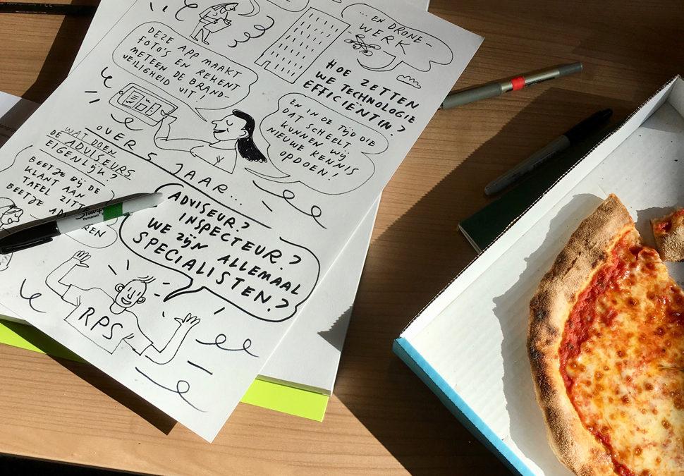 Met een stift en pizzapunt in de hand